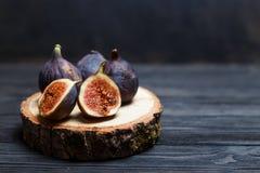 Отрезанная смоква приносить на деревянной доске Стоковое Изображение