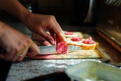 Отрезанная сосиска для сандвичей Стоковые Фото