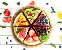 Отрезанная сочная пицца арбуза на белом деревянном столе Стоковые Фотографии RF