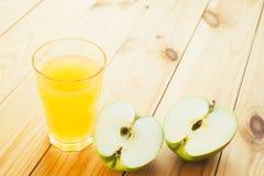 Отрезанное зеленое яблоко с стеклом сока Стоковые Фотографии RF