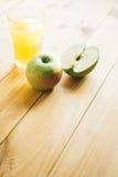 Отрезанное зеленое яблоко с стеклом сока Стоковое Фото