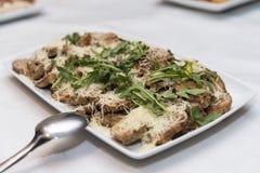Отрезанное мясо с сыром и rucola служило на плите Стоковые Изображения RF