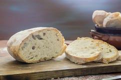 отрезанное домодельное хлеба Стоковые Фотографии RF