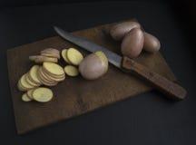 отрезанное сырцовое картошек Стоковые Фотографии RF