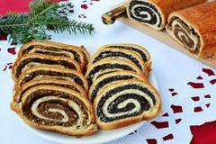 Отрезанное Beigli - грецкий орех и маковое семеня свертывают Стоковые Фотографии RF
