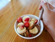 Отрезанные бананы и клубники в шоколадном молоке Стоковые Фотографии RF