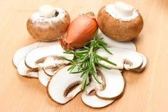 отрезанные грибы вырезывания доски Стоковое Изображение