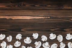 Отрезанные грибы на деревянной предпосылке стоковое фото