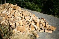 Отрезанные журналы тимберса зимы и подготавливают для гореть Стоковое Изображение RF