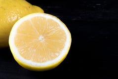 Отрезанные лимоны - все и Стоковые Фото