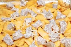 Отрезанные картошки с мясом, сырцовым на листе выпечки Стоковое Фото