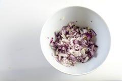 Отрезанные красные луки, подготавливая овощи в белом шаре на lig Стоковые Изображения
