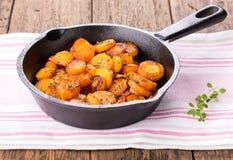 Отрезанные моркови зажаренные в духовке с травами стоковое фото rf