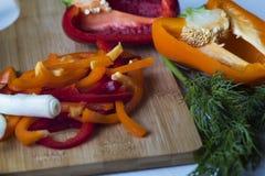 Отрезанные овощи пока варящ салат Стоковое Изображение RF