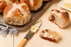 Отрезанные перекрестная плюшка и нож с маслом Стоковые Фото