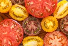 Отрезанные пестротканые томаты для салата или гарнира Стоковое фото RF