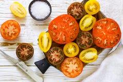 Отрезанные пестротканые томаты для салата Стоковая Фотография