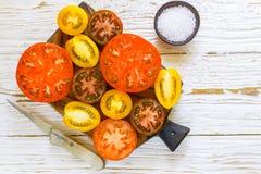 Отрезанные пестротканые томаты для салата Стоковые Фото