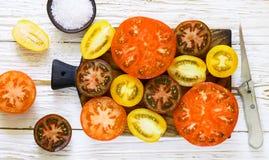 Отрезанные пестротканые томаты для салата Стоковое фото RF