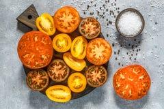 Отрезанные пестротканые томаты для салата Стоковые Фотографии RF