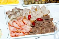 Отрезанные сосиски близко вверх на таблице банкета Стоковое фото RF