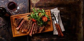 Отрезанные стейк и салат Стоковое фото RF