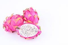 Отрезанные сырцовые органические dragonfruit или pitaya плодоовощ дракона на изолированной еде плодоовощ дракона белой предпосылк Стоковые Фото