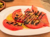 Отрезанные томаты с оливковым маслом и бальзамическим уксусом Стоковое Изображение