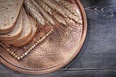 Отрезанные уши пшеницы Rye нов-испекли поднос хлеба винтажный латунный на wo Стоковое Изображение