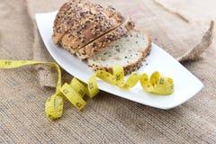 Отрезанные хлеб и лента измерения Стоковая Фотография