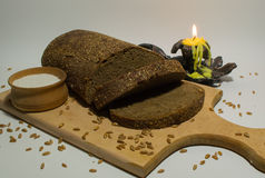 Отрезанные хлеб, соль и свеча Стоковая Фотография