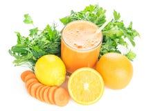 Отрезанные smoothies морковей, апельсина, лимона и моркови на белом деревянном столе Стоковое Изображение RF