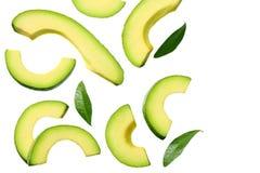 отрезанный авокадо с листьями изолированными на белой предпосылке r стоковые изображения rf