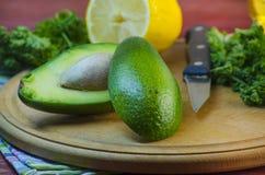 Отрезанный авокадо на разделочной доске Стоковое Изображение RF