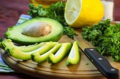 Отрезанный авокадо на разделочной доске Стоковые Изображения RF