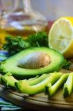 Отрезанный авокадо на разделочной доске Стоковое Фото