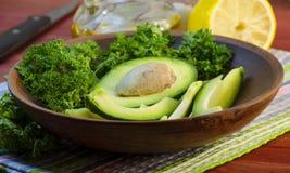 Отрезанный авокадо на разделочной доске Стоковые Изображения