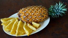 Отрезанный ананас на плите Стоковые Изображения