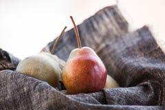 отрезанный ананас плодоовощ отрезока предпосылки половинный Свежие органические груши на старой древесине Сбор осени груши Стоковое Фото