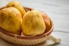 отрезанный ананас плодоовощ отрезока предпосылки половинный Свежие органические груши на старой древесине Сбор осени груши Стоковое Изображение
