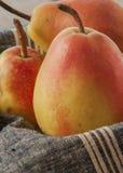 отрезанный ананас плодоовощ отрезока предпосылки половинный Свежие органические груши на древесине Стоковая Фотография