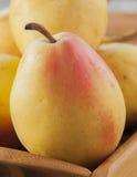 отрезанный ананас плодоовощ отрезока предпосылки половинный Свежие органические груши на древесине Стоковые Изображения