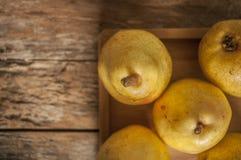 отрезанный ананас плодоовощ отрезока предпосылки половинный Свежие органические груши на старой древесине Стоковое Изображение RF