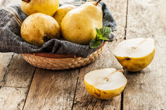 отрезанный ананас плодоовощ отрезока предпосылки половинный Свежие органические груши на старой древесине Стоковые Фото
