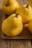 отрезанный ананас плодоовощ отрезока предпосылки половинный Свежие органические груши на старой древесине Стоковая Фотография RF