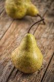 отрезанный ананас плодоовощ отрезока предпосылки половинный Свежие органические груши на старой древесине Стоковые Изображения
