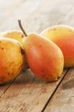 отрезанный ананас плодоовощ отрезока предпосылки половинный Свежие органические груши на древесине Стоковое фото RF