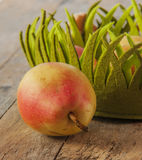 отрезанный ананас плодоовощ отрезока предпосылки половинный Свежие органические груши на древесине Стоковые Фото