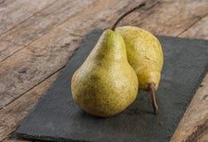отрезанный ананас плодоовощ отрезока предпосылки половинный Свежие органические груши на старой древесине Стоковое Изображение