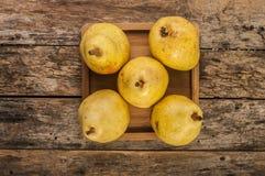отрезанный ананас плодоовощ отрезока предпосылки половинный Свежие органические груши на старой древесине Стоковое Фото